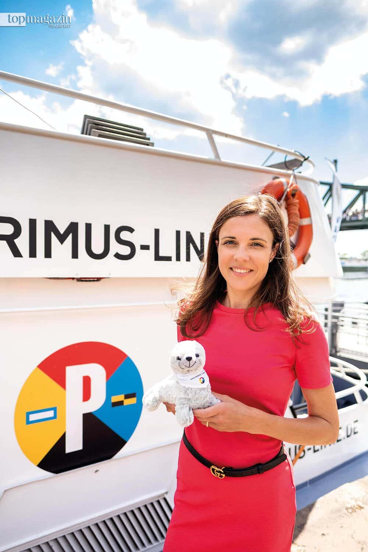 Dr. Marie Nauheimer mit dem neuen Maskottchen der Primus Linie