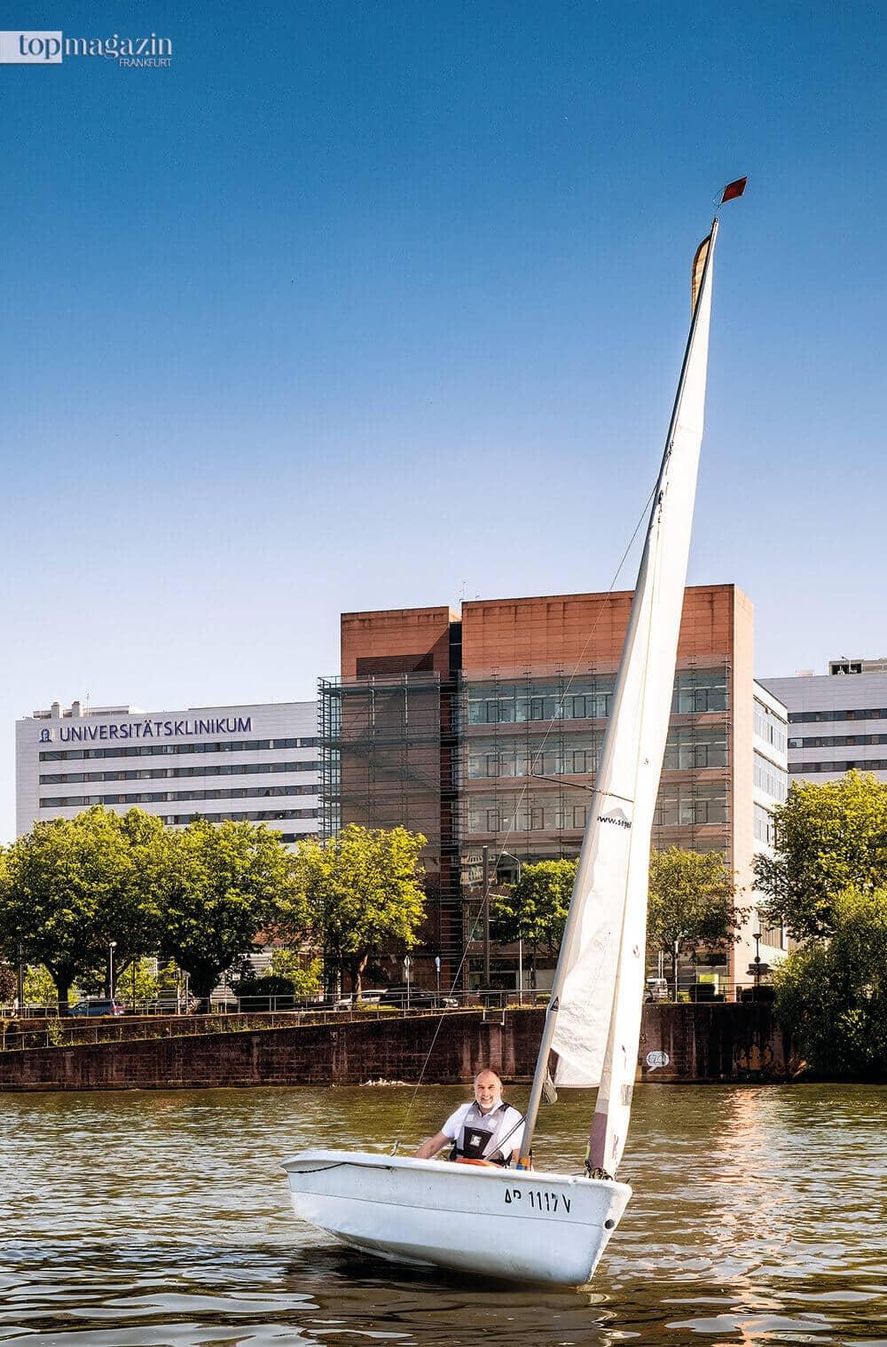Eckhard Mikulski segelt gerne vor der Uniklinik.