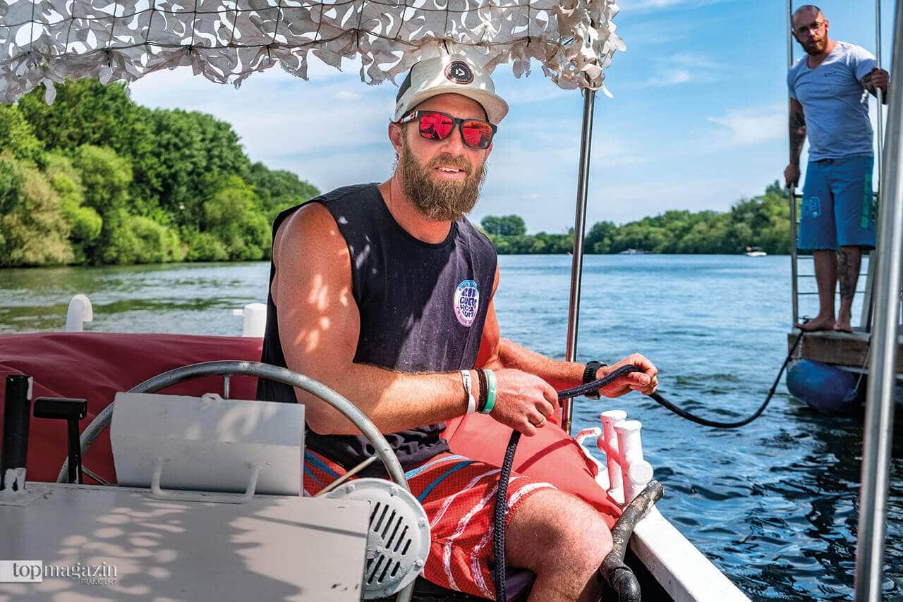 Robin Kassel auf seinem Picknickboot