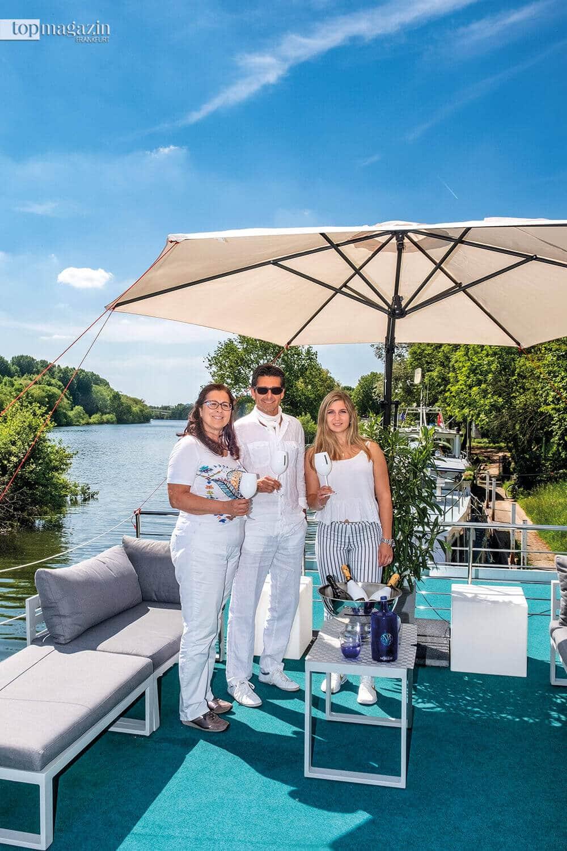 Susanne und Michel Botzum mit Mara Foraci, die sich um das Catering des Hausboots kümmert.
