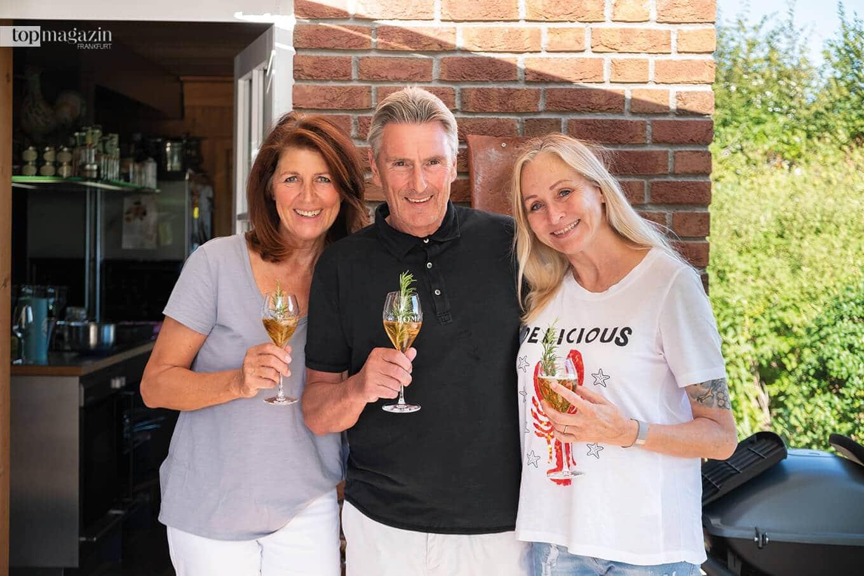 Alkoholfreier Aperitif auf der Terrasse – Johanna Höhl und Dieter Müller mit Kitti Pohl (Top Magazin)