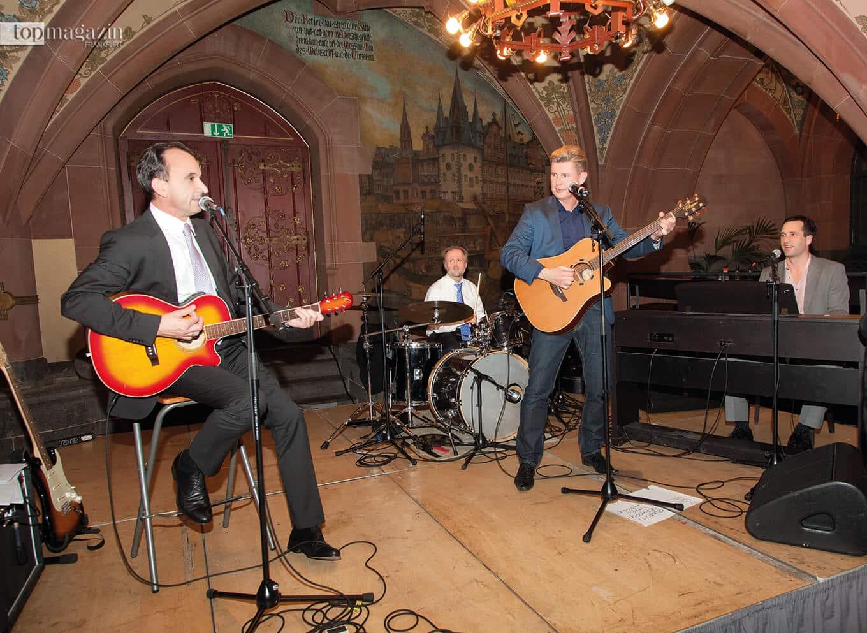 Michael Boddenberg an der Gitarre mit Olaf Cunitz am Schlagzeug und Schlagersänger Markus beim 50. Geburtstag von Bernd Reisig im Ratskeller (2013)