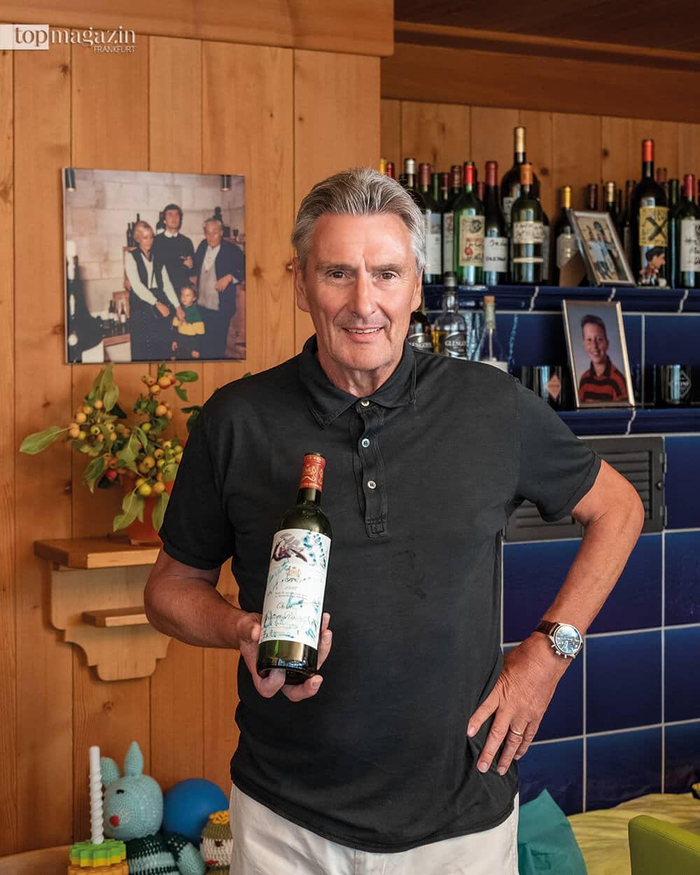 Weinkenner Dieter Müller mit einer ausgetrunkenen Erinnerungsflasche Château Mouton-Rothschild 1996