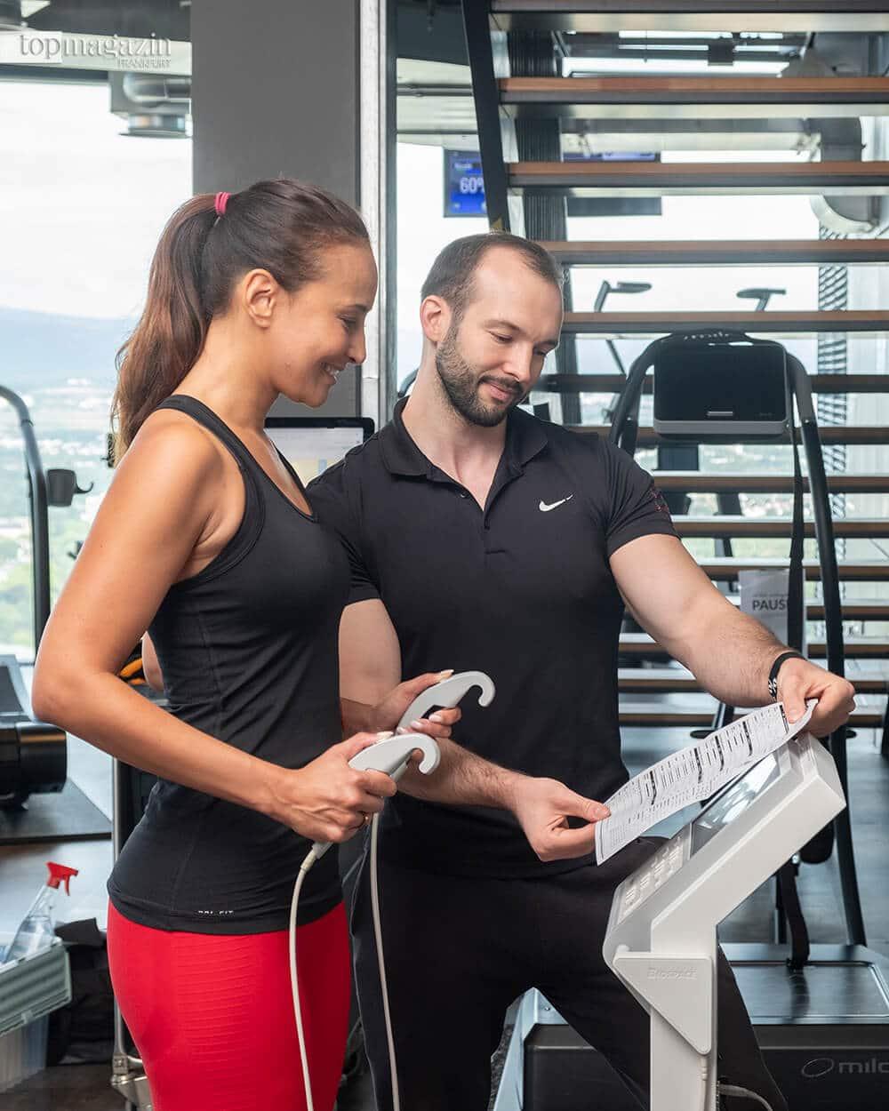 Die InBody-Analyse misst in 30 Sekunden die Zusammensetzung aus Fett, Knochen, Wasser und Muskeln präzise in den einzelnen Körperteilen und erkennt so mögliche Dysbalancen im Körper.