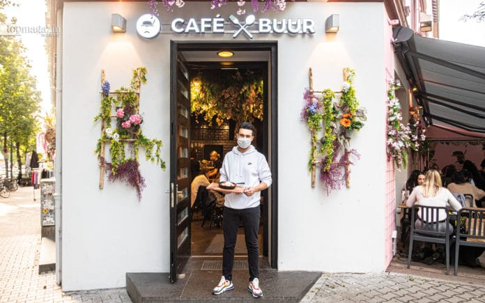 Filialleiter Baris Temizkul vor Frankfurts neuem Instagram-Trend-Café Buur