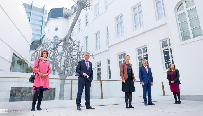 Museumsdirektorin Prof. Dr. Mirjam Wenzel, OB Peter Feldmann, Kulturdezernentin Ina Hartwig, Oberbürgermeister a.D. Andreas von Schoeler, Staatssekretärin Ayse Asar