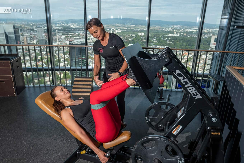 Produktmanagerin Barbara Lohse achtet auf die richtige Fußstellung bei der Beinpresse.