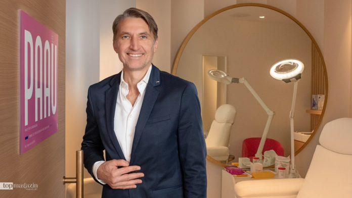 Dr. med. Edouard Manassa im neuen PAAU Shop im Douglas auf der Zeil
