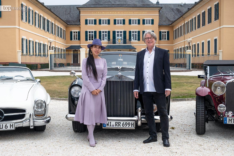 Tiantian Zhou (PDKCAC) und Dirk Dohse (Hesse Motor Sports Club-Präsident) vor Schloss Johannisberg