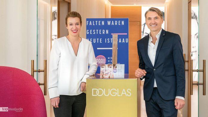 Chirurgin Dr. Lara Just-Kovac und Dr. Edouard Manassa vor der Beauty-Lounge im 3. OG Douglas Zeil