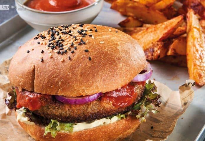 Restaurant Zwei und Zwanzig in Geisenheim: Grünkern-Joppy-Burger mit Kartoffelwedges und Ketchup im Restaurant Zwei und Zwanzig