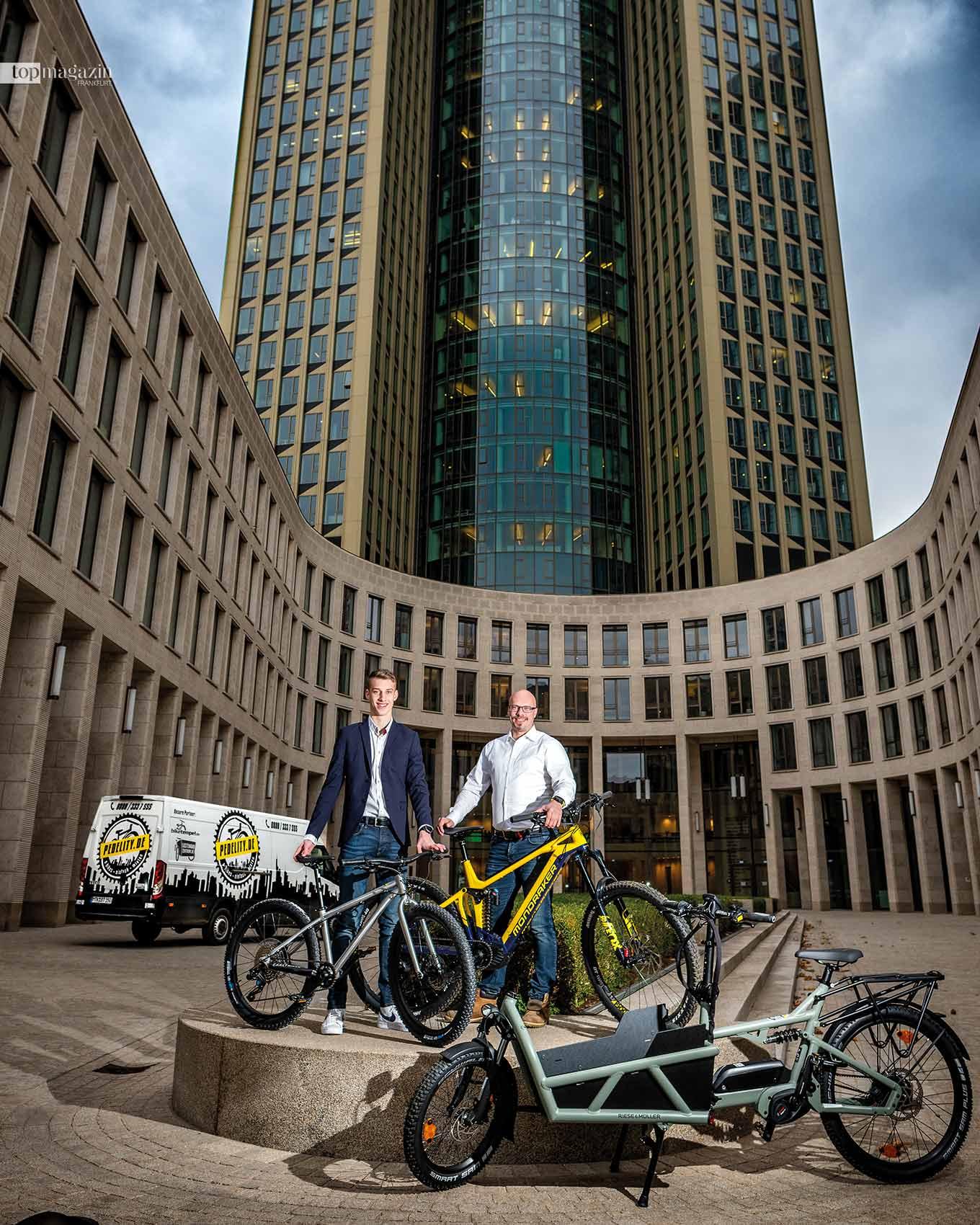 Jonas und Stefan Trauth vor dem Tower 185