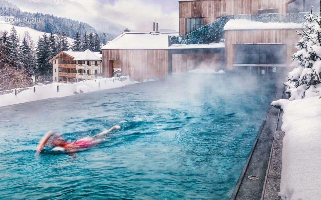 Beeindruckender Infinity-Pool mit Alpenblick im Forsthofgut