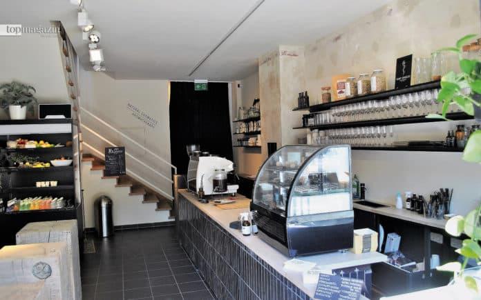 Das Café im Erdgeschoss lockt mit kalten Getränken, bunten Bowls und süßen Desserts