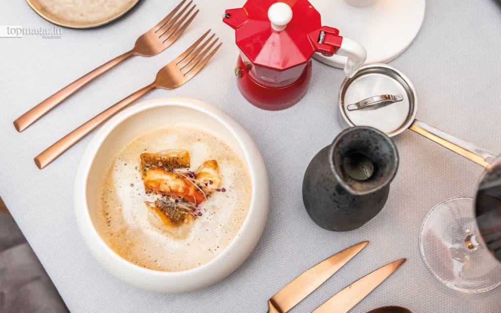 Suppe aus Edelfischen - der Fond wird stilecht mit der Espresso-Kanne aufgegossen