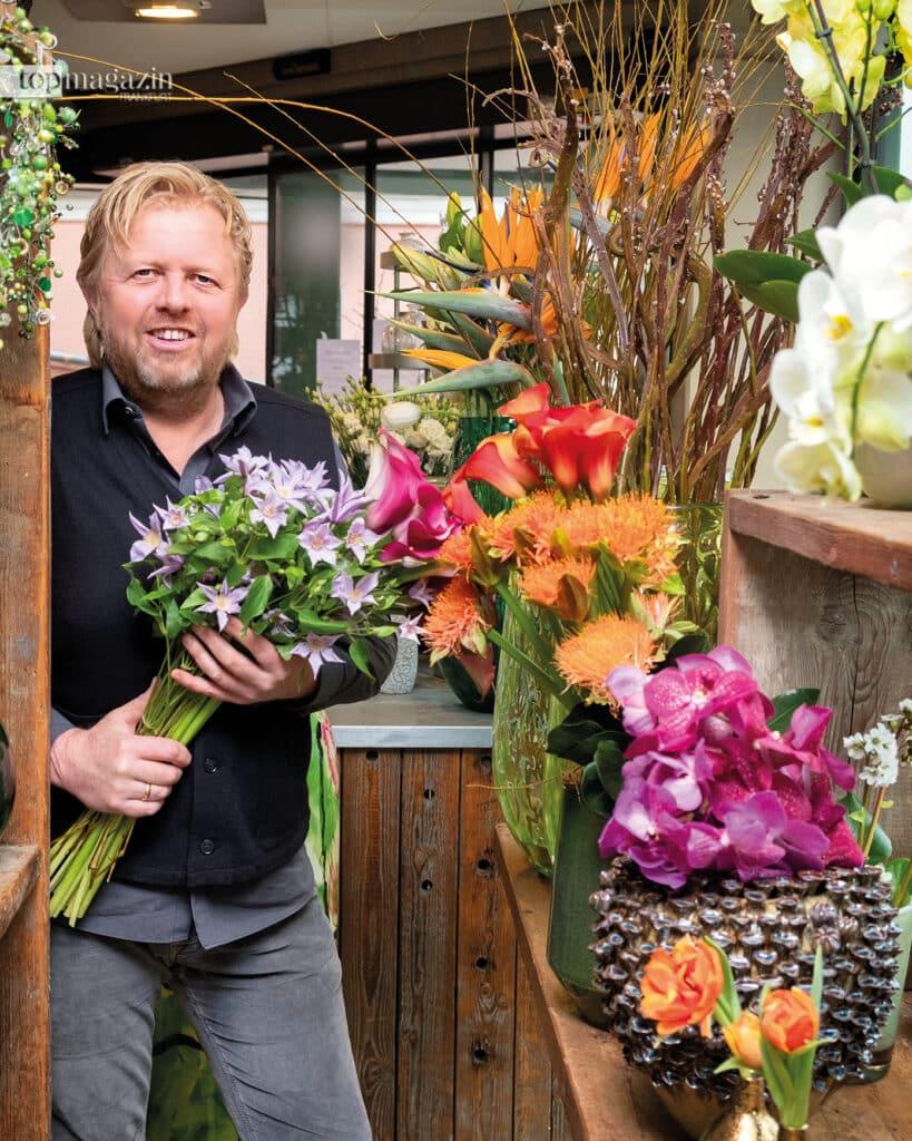 Bei Blumen-Böhning in Königstein dreht sich alles um die Kunst der Farbarrangements- Meisterflorist Frank Böhning mit einem Strauß Clematis und Calla