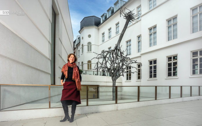 Die Hausherrin: Direktorin Prof. Mirjam Wenzel im Vorhof des Jüdischen Museums. Im Hintergrund die Baumskulptur Ariel Schlesingers (Foto: Holger Peters)