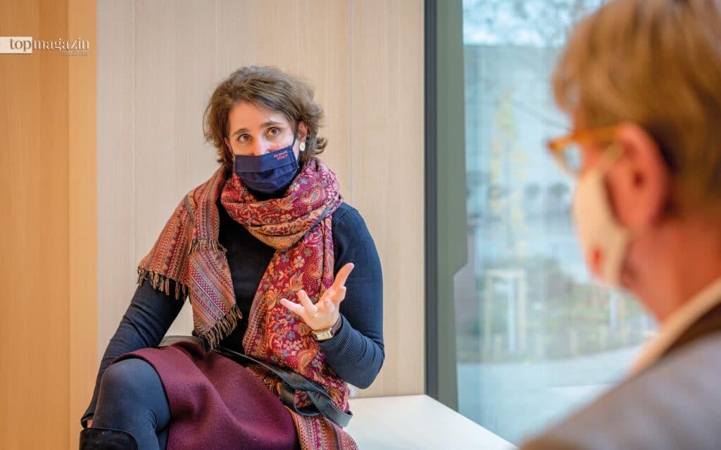 Direktorin Prof. Mirjam Wenzel im Gespräch mit Peter Lückemeier (Foto: Holger Peters)