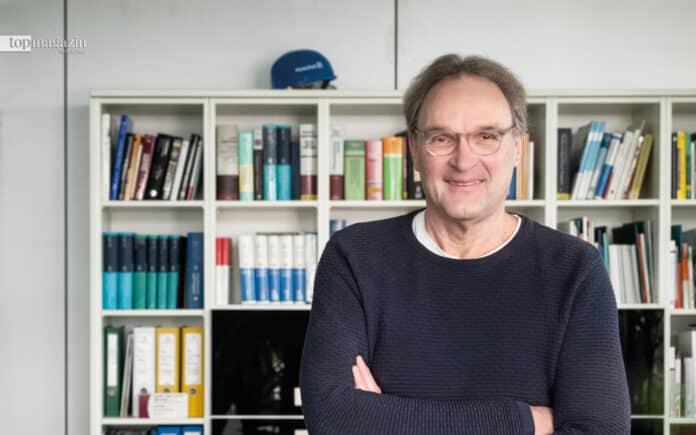 Ganz entspannt und zukunftsfroh - Jochen Maas in seinem Büro im Industriepark Höchst