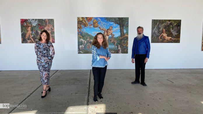 """Adriane Dolce, Künstlerin Susannah Martin und Mirek Macke vor der Ausstellung """"Endlich frei!"""""""