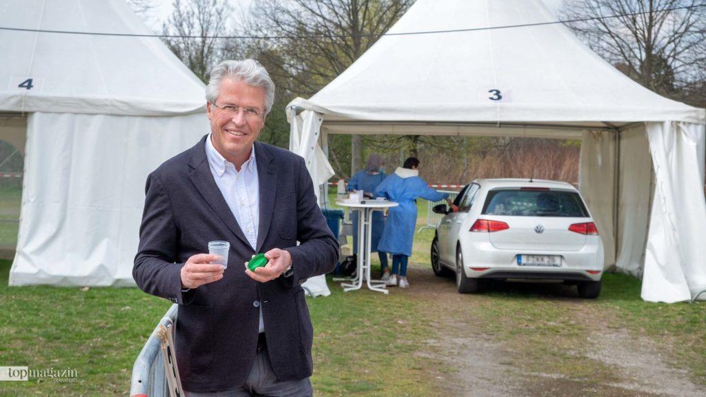 Arzt Prof. Dr. Ockenfels zeigt den PCR-Gurgeltest in Frankfurt. In seinem Drive-in werden auch Schnelltests angeboten.