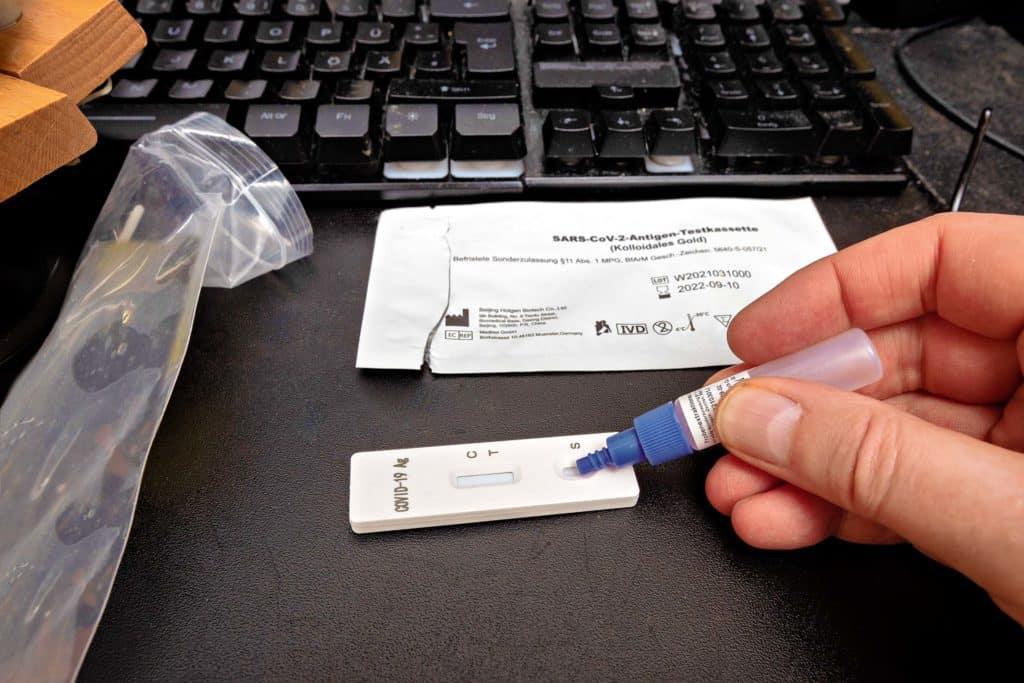 Die Pandemed Schnelltests können einfach im Büro durchgeführt werden und sind optimal für Betriebe, die ihre Mitarbeiter testen lassen wollen.