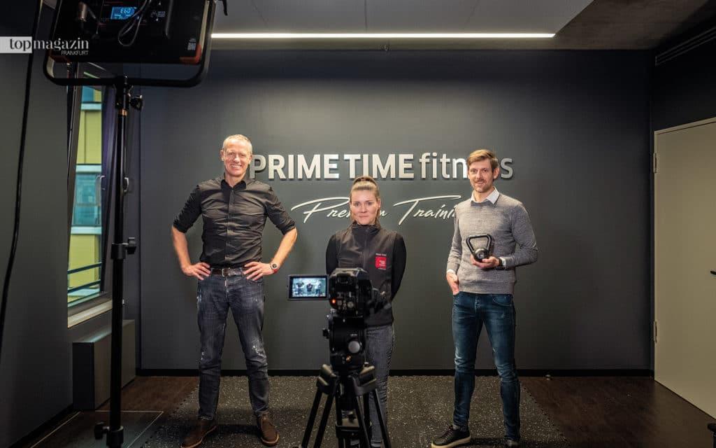 Henrik Gockel, HR-Managerin Sina Gehring und Michael Remlinger im neuen TV-Studio von Prime Time Fitness