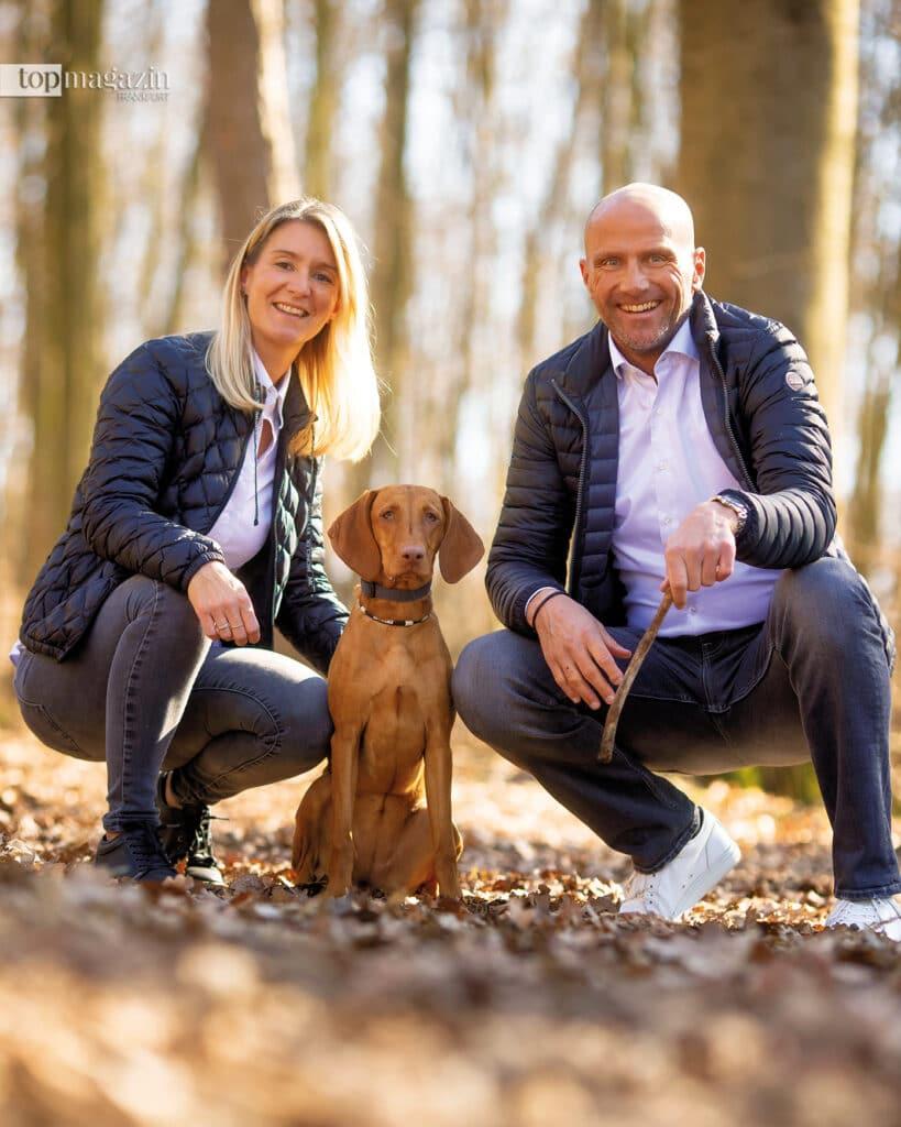 Glückliche Hundeeltern: Sabrina und Torsten Thum mit ihrer Shiva im Wald