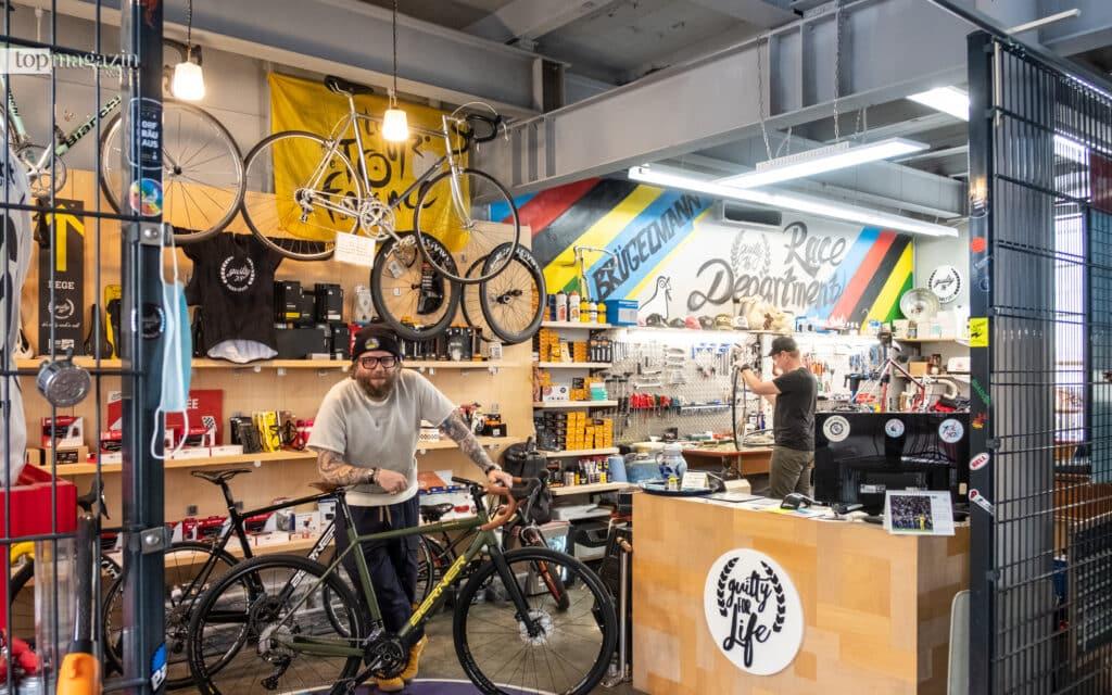 Florian Joeckel in der Fahrradwerkstadt des Massif Central (Foto Victoria von Ahsen)