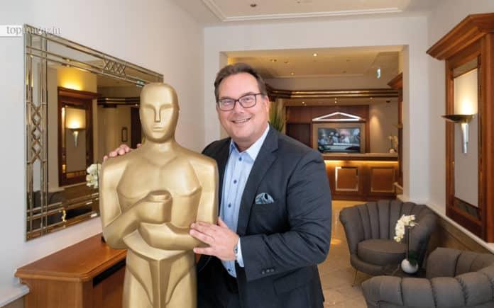 Investor Michael Schramm mit Oscar in der Lobby