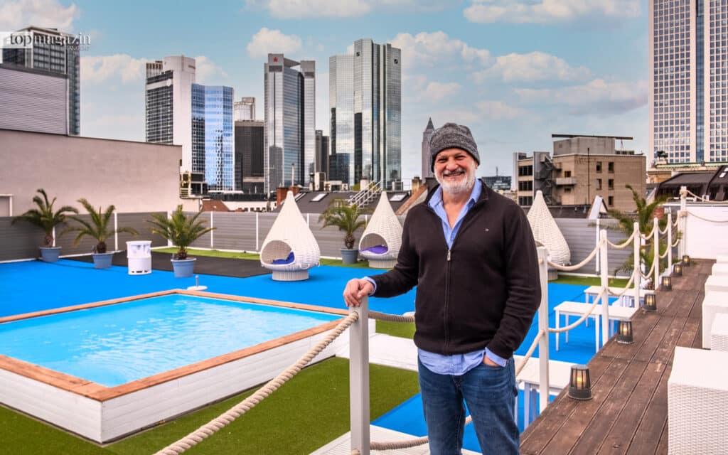 Nikos Gatzias auf dem Rooftop der Long Island Summer Lounge verspricht Urlaub auf den Dächern Frankfurts