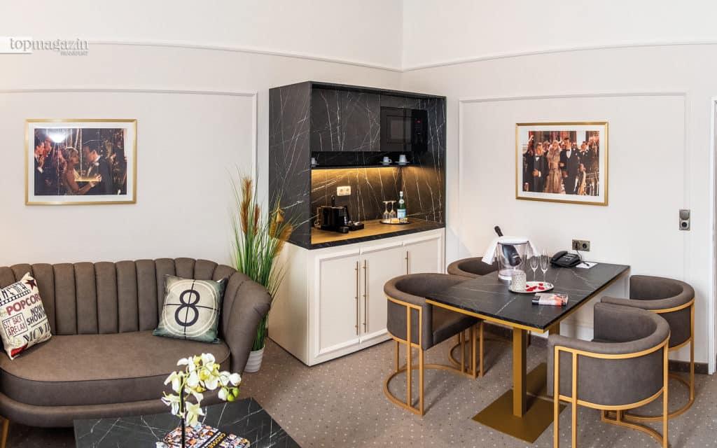 Sitzecke und Pantry-Küche in der Große-Gatsby-Suite