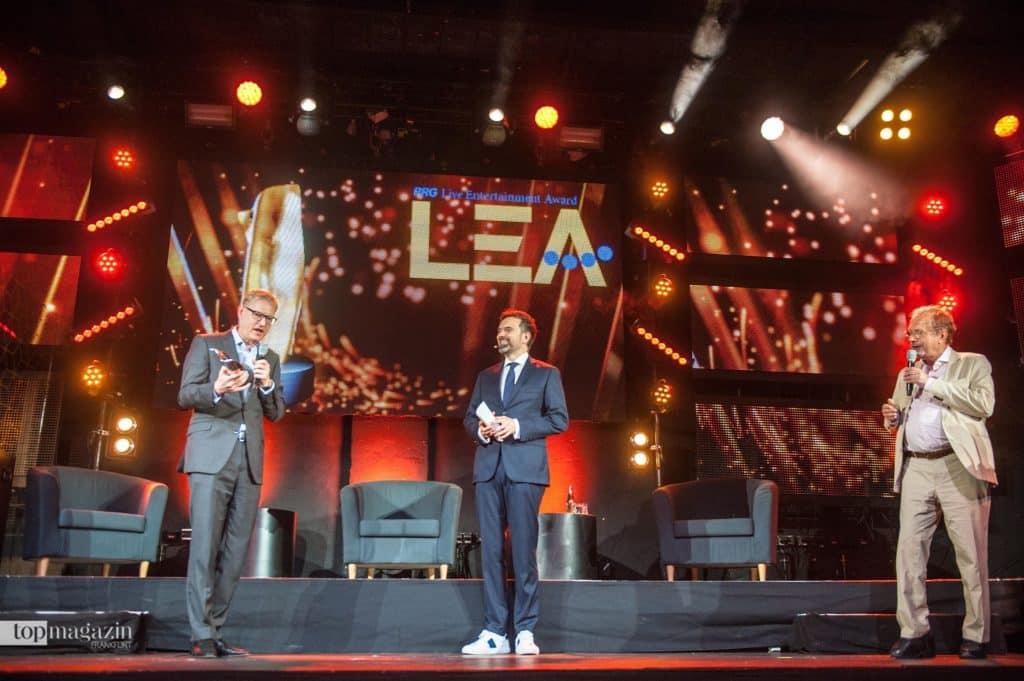 Stadtrat Markus Frank, Moderator Ingo Nommsen und Veranstalter Jens Michow bei der Verleihung des Live Entertainment Awards (LEA) (Foto Sauda)