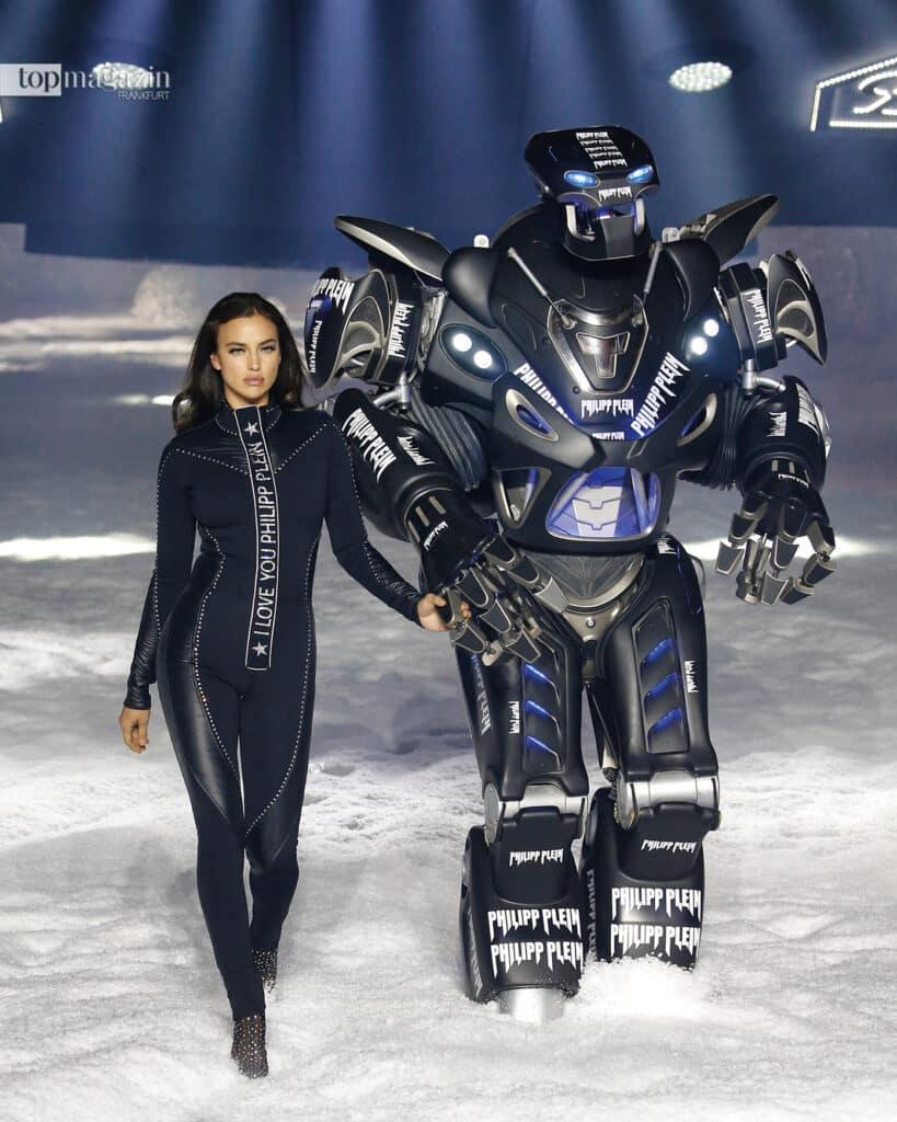 2018 verwandelte Plein den Brooklyn Navy Yard für seine Fashion Show in eine Skipiste und ließ Supermodel Irina Shayk zusammen mit einem riesigen Roboter über den Catwalk laufen