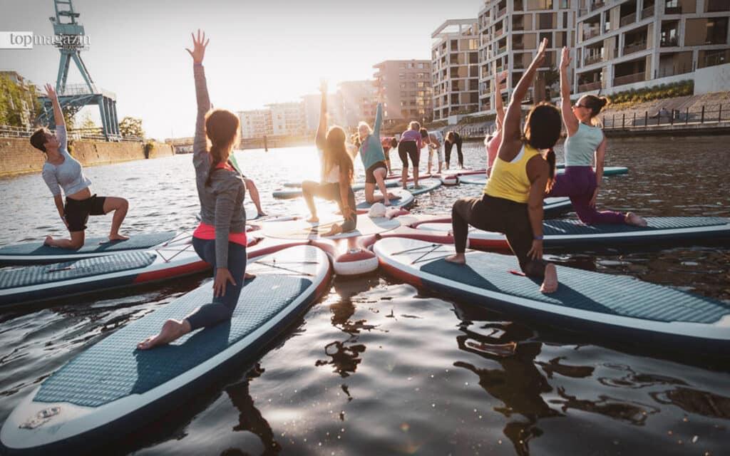 Auf der Suche nach dem Gleichgewicht: SUP-Yoga stärkt die Muskeln und verbessert die Koordination