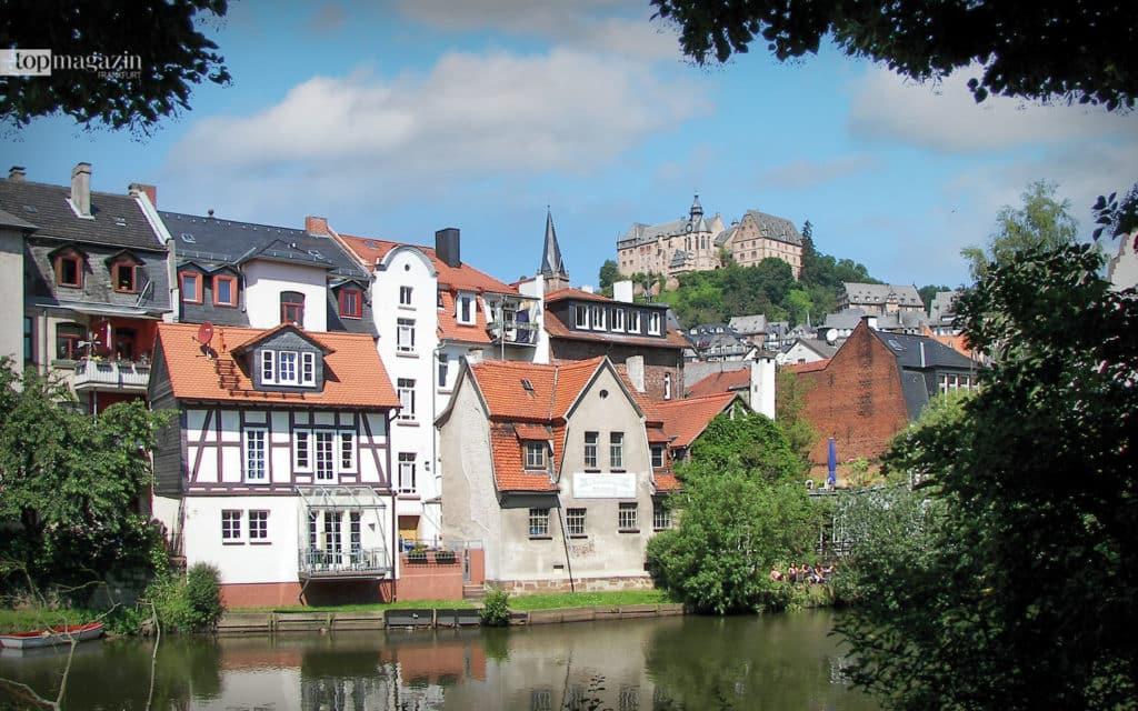 Paddeln vor malerischer Kulisse: Vom SUP-Board kann man das Landgrafenschloss über der Marburger Altstadt bewundern