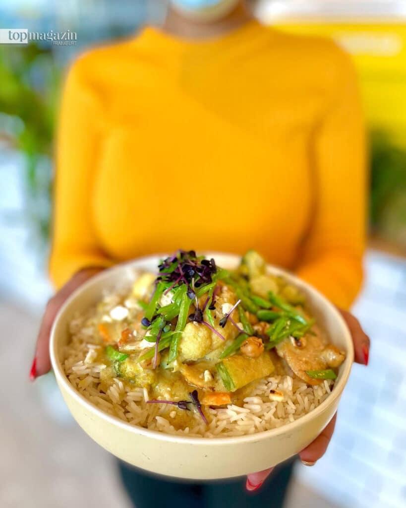 Peanut-Curry mit Süßkartoffel, Karotte, Brokkoli, Zuckerschoten, Erdnüssen und Reis (Foto Sunny Side Up)