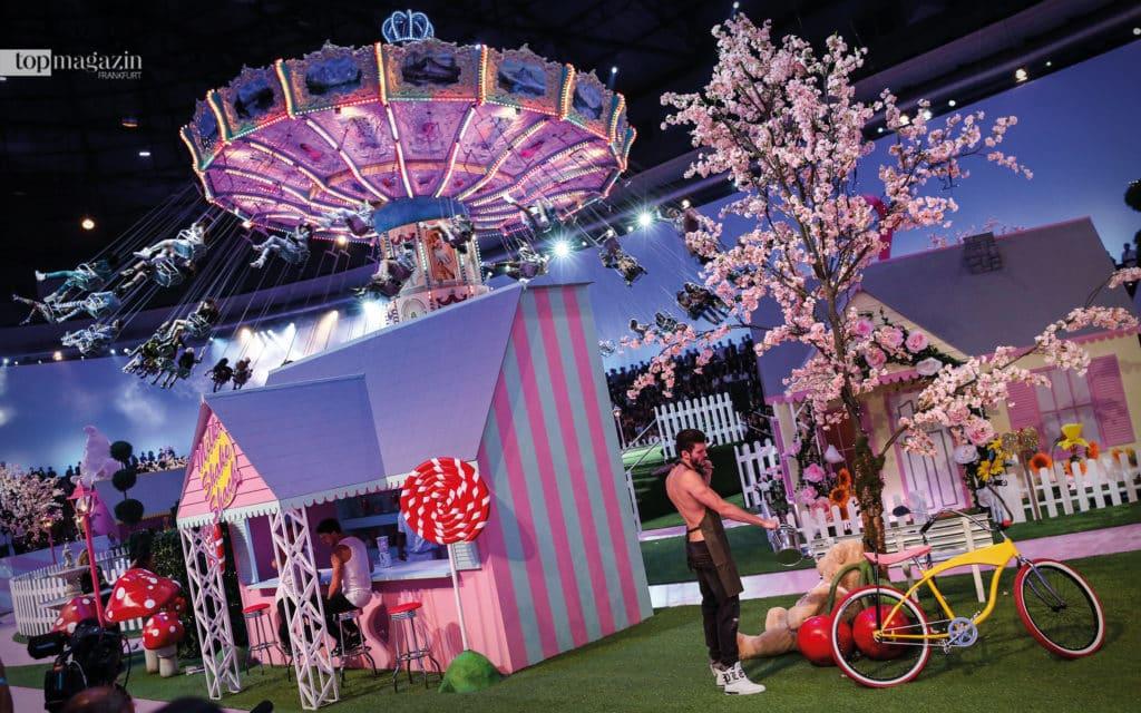 Pleins Show in Mailand 2016 stand unter dem Motto Freizeitpark. In der Mitte ein Riesenkarussell, drumherum bunte Kirmesbuden