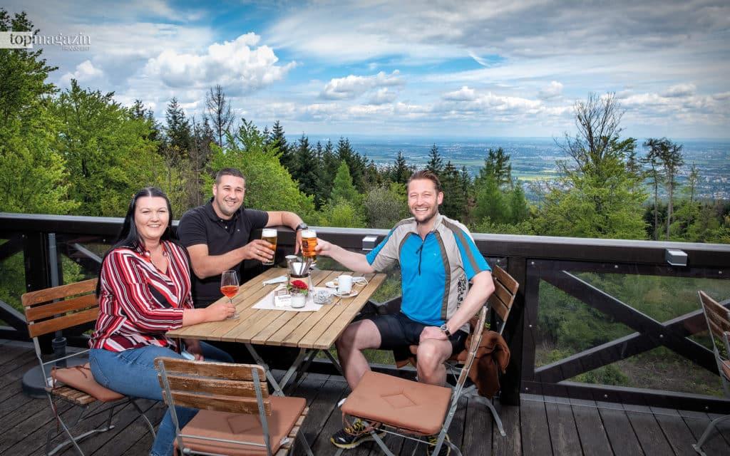 Belohnung nach der steilen Bergauf-Fahrt - Nana und Bosko Batovanja begrüßen ihre Gäste im Bergasthof Herzberg mit einer spektakulären Aussicht bis hin zu Spessart und Odenwald