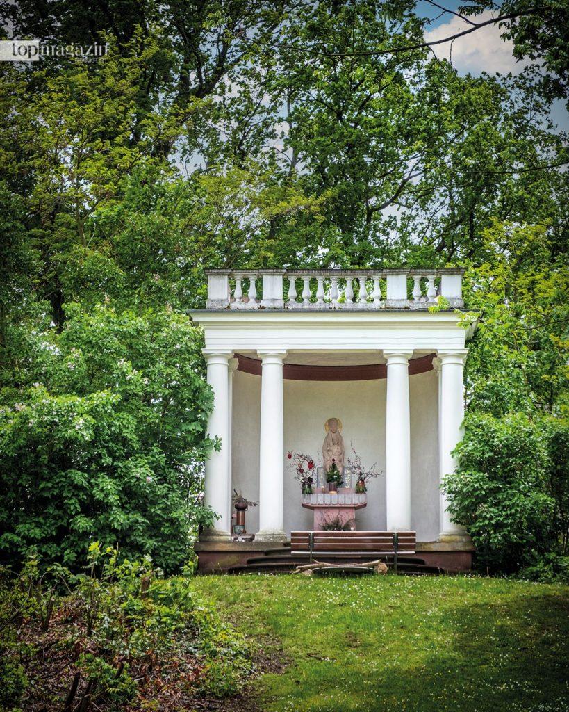 Das ehemalige Teehaus auf einer Anhöhe im Park, eine Art kleiner Tempel mit Säulen, beheimatet heute eine Marienstatue