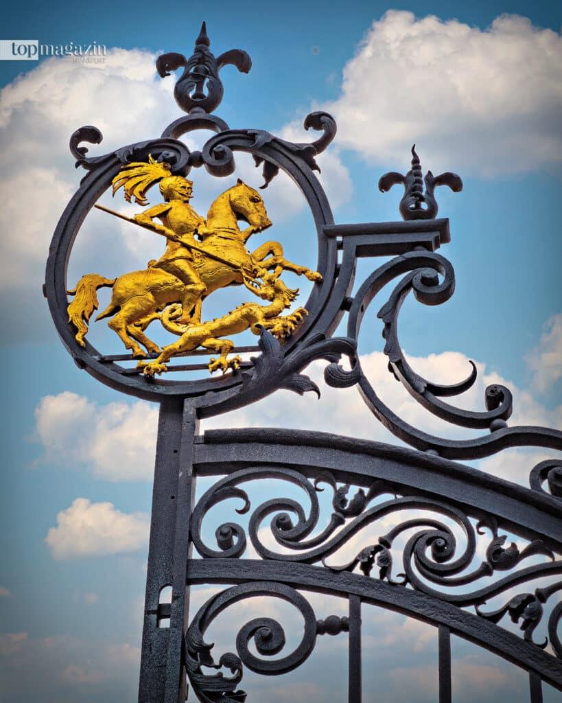 Der Drachentöter ziert bis heute das schmiedeeiserne Eingangstor und empfängt goldglänzend alle Besucher Sankt Georgens