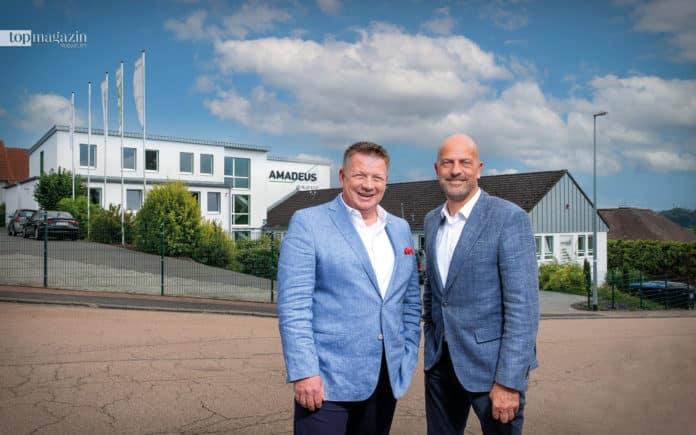 Dirg Parhofer und Volker Deifel vor dem Firmensitz der Amadeus Group in Limburg