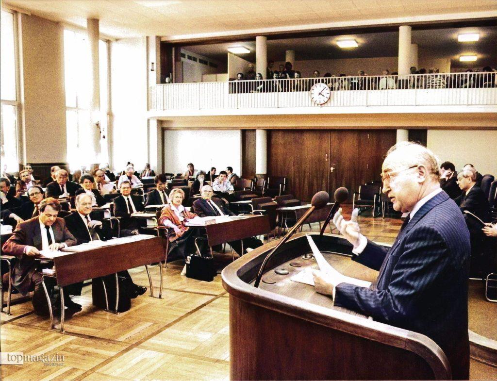 Ernst Gerhardt spricht vor der Stadtverordnetenversammlung Frankfurt am Main (Foto FNP)