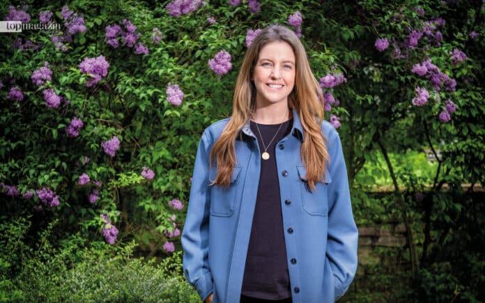 TV-Moderatorin Jennifer Sieglar fühlt sich wohl im Grünen wie hier bei unserem Shooting in der Bockenheimer Anlage