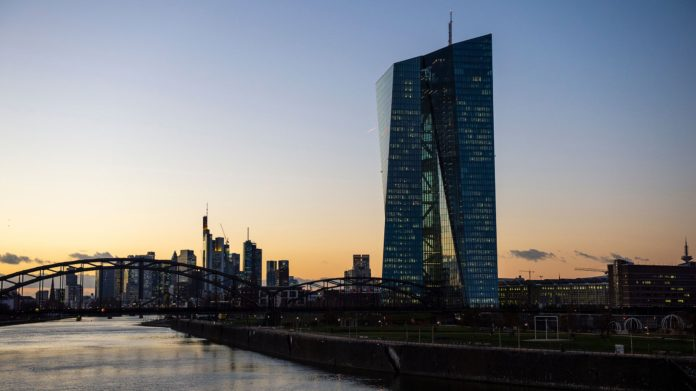 Blick von der Osthafenbrücke auf die EZB und die Frankfurter Skyline (Foto Charlotte Venema, Unsplash)